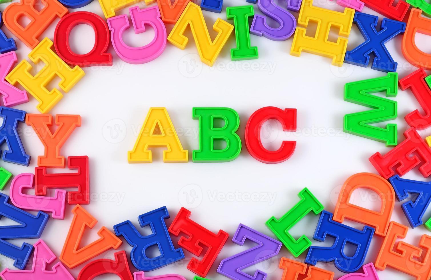 plastic gekleurde Alfabetletters abc op een wit foto