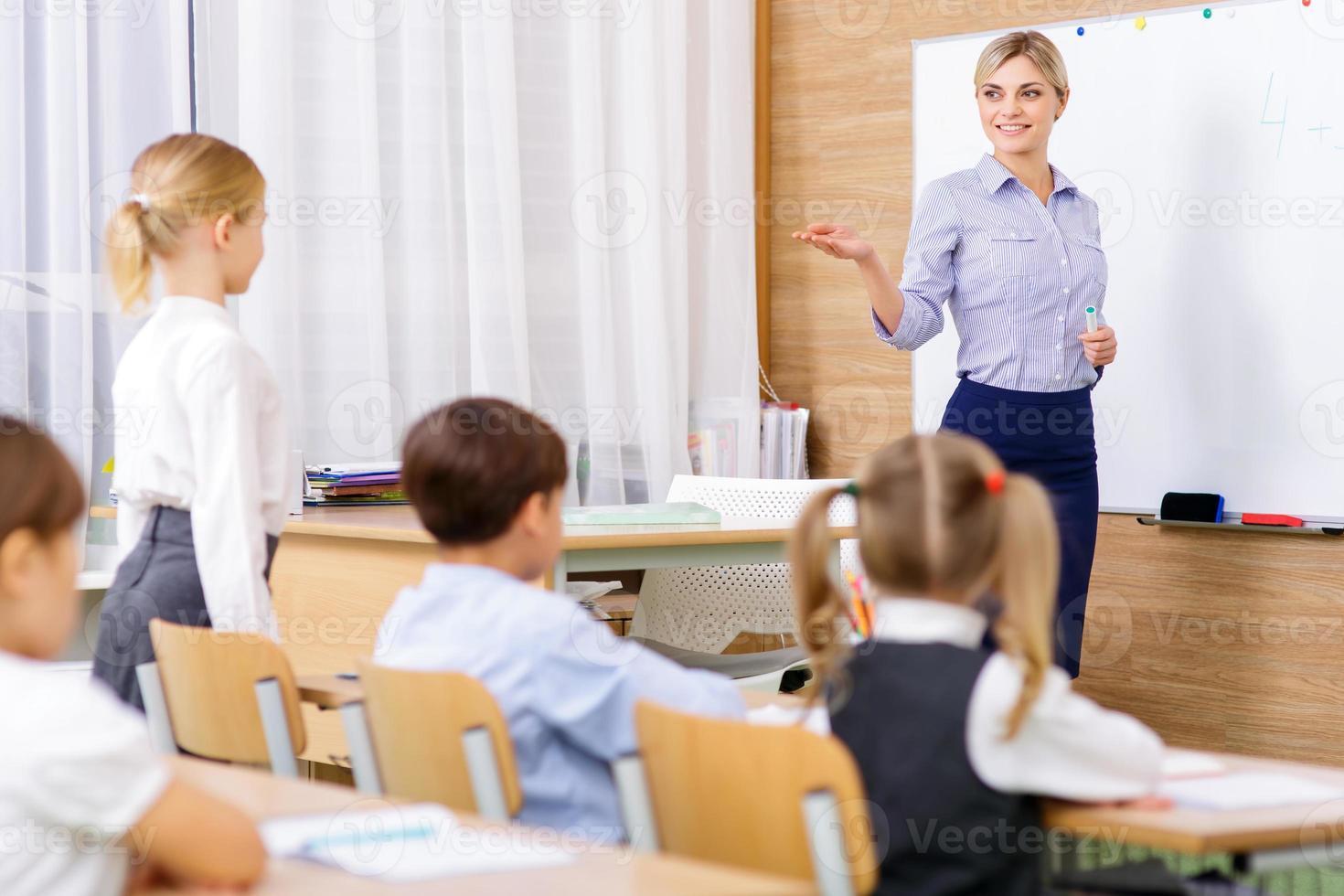 de leraar informeert een bepaalde leerling foto