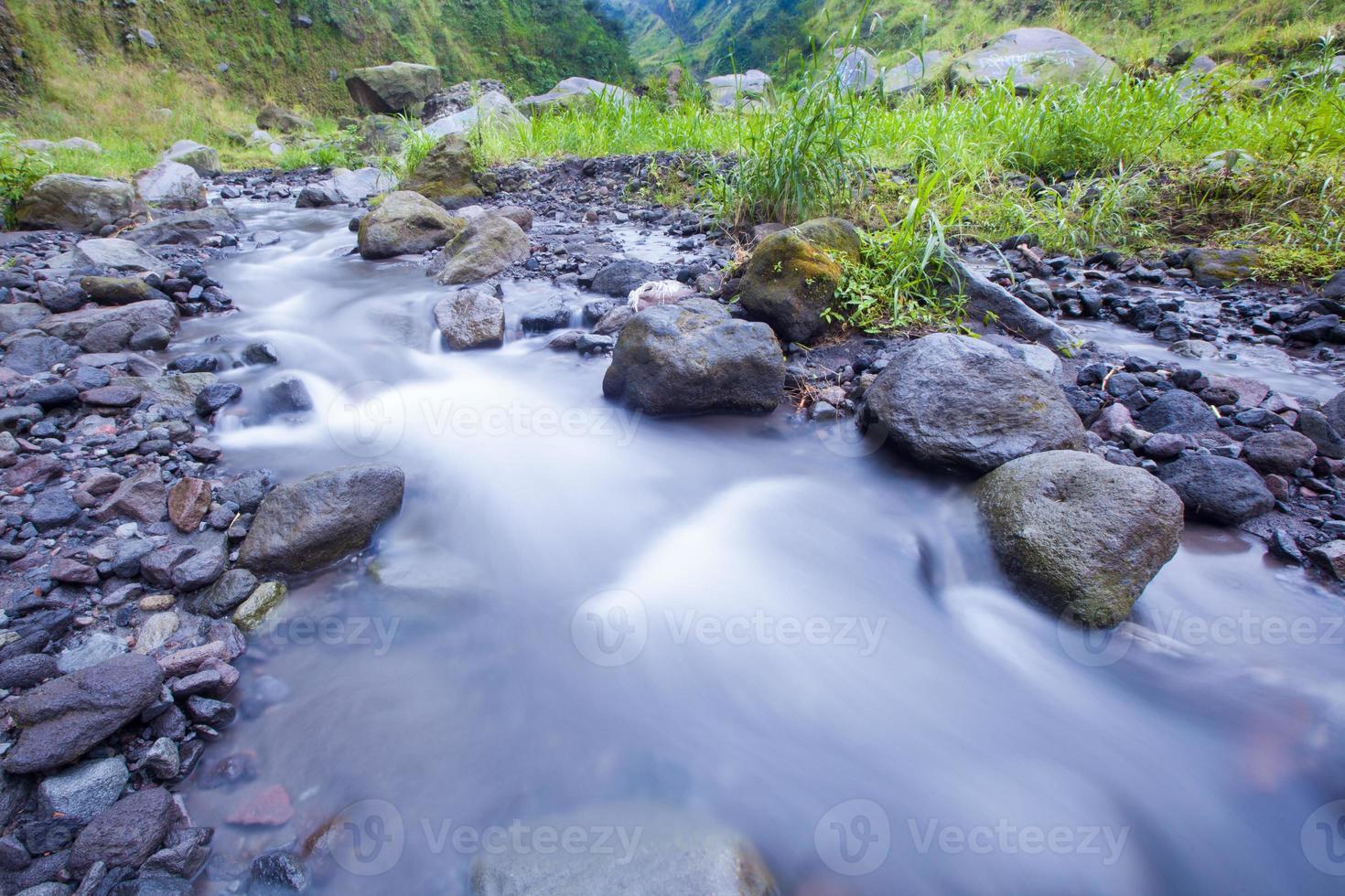 rivier met lage snelheid en groen gras foto