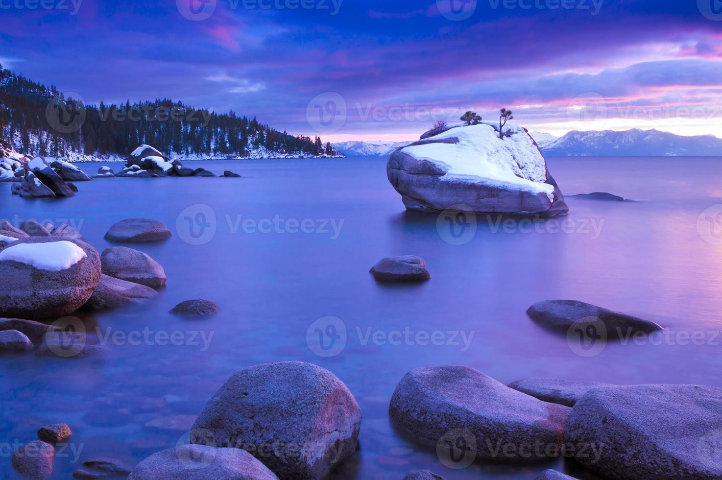 Lake Tahoe met besneeuwde rots foto