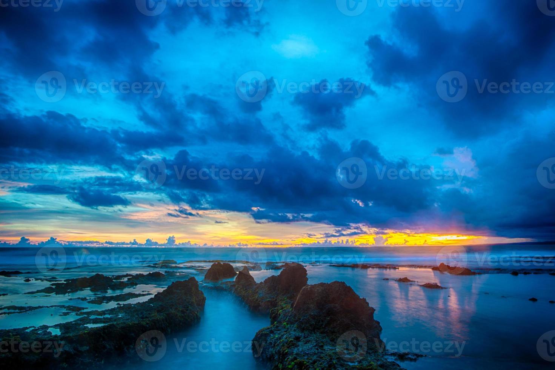 kleurrijke zonsondergang met vlotte golf voor achtergrond foto