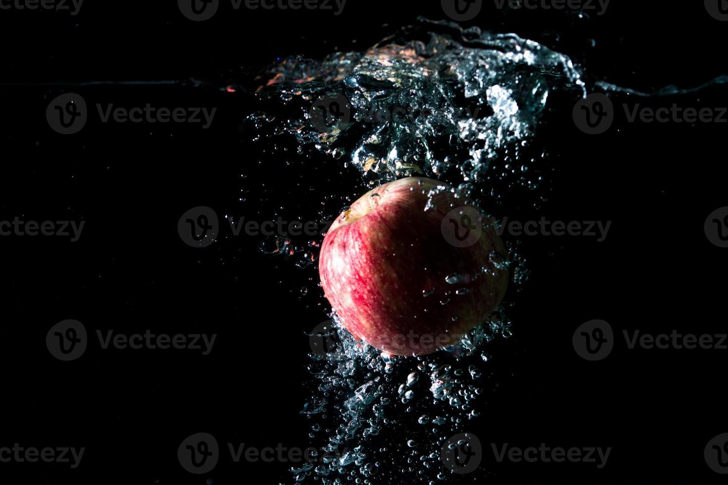 appelrood geïsoleerd zwart foto
