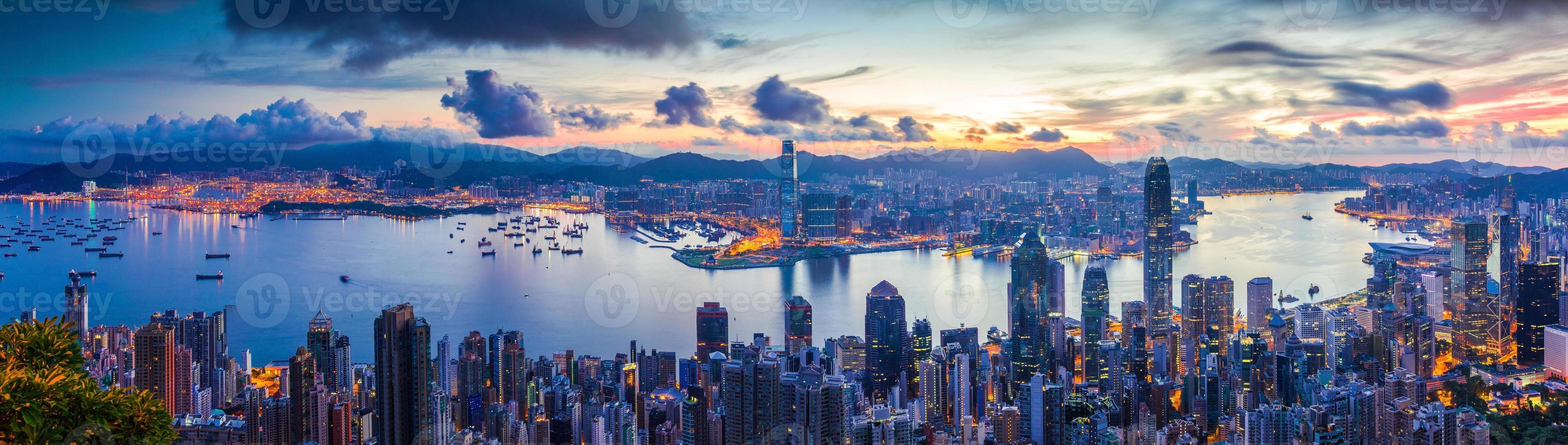 stad en haven bij dageraad foto