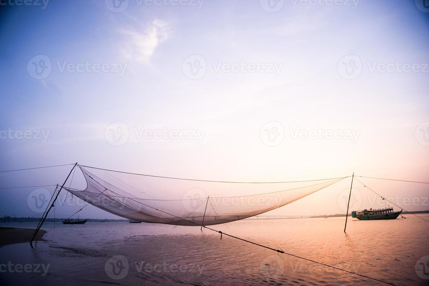 rustige scène van visnet tegen paarse zonsondergang. foto
