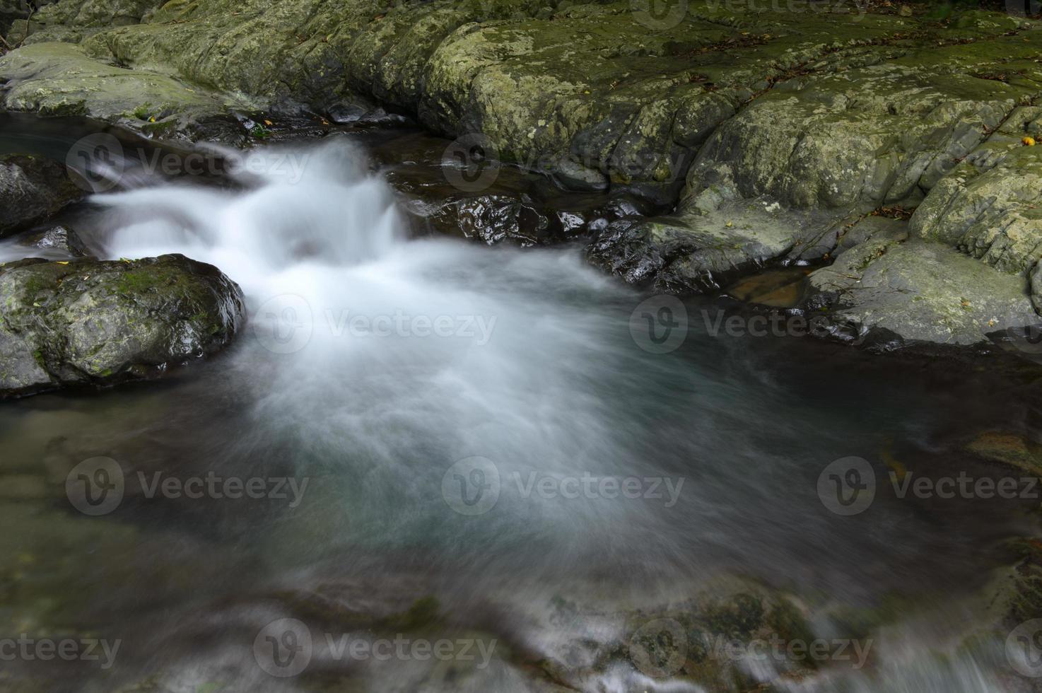 cascade valt met rotsen foto