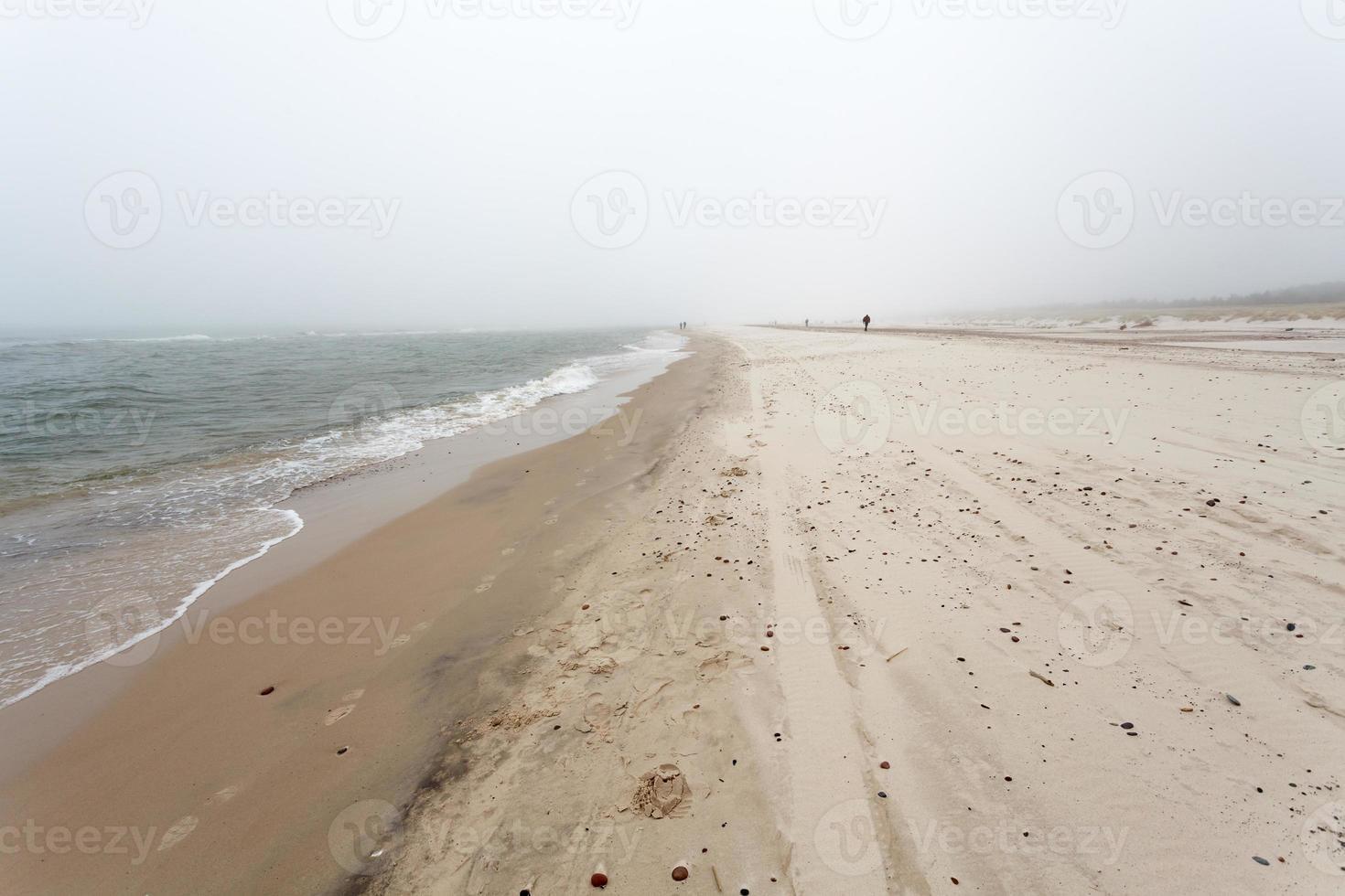 mistige dag aan zee foto