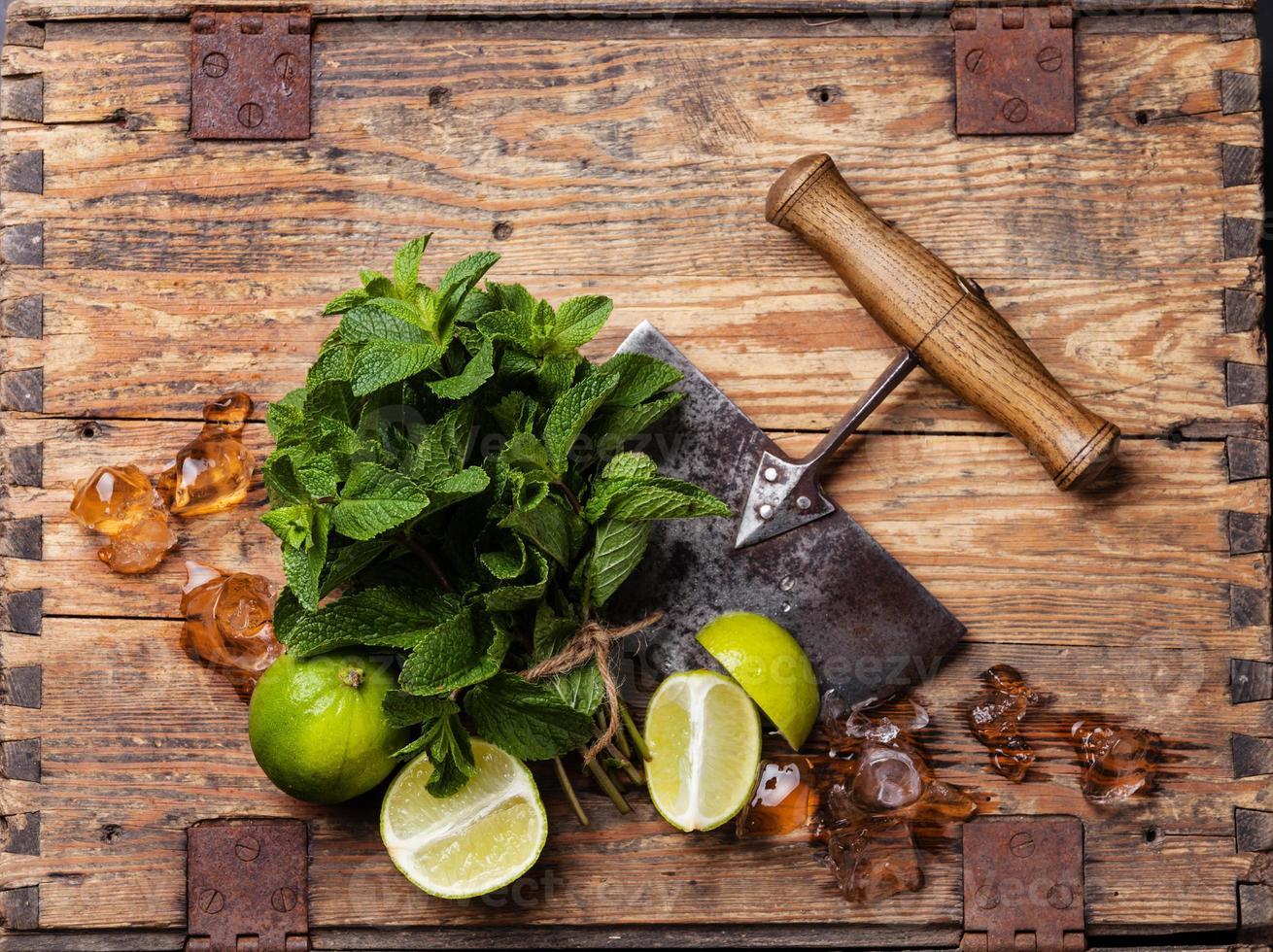 ingrediënten voor mojito's ijs, munt en limoen foto