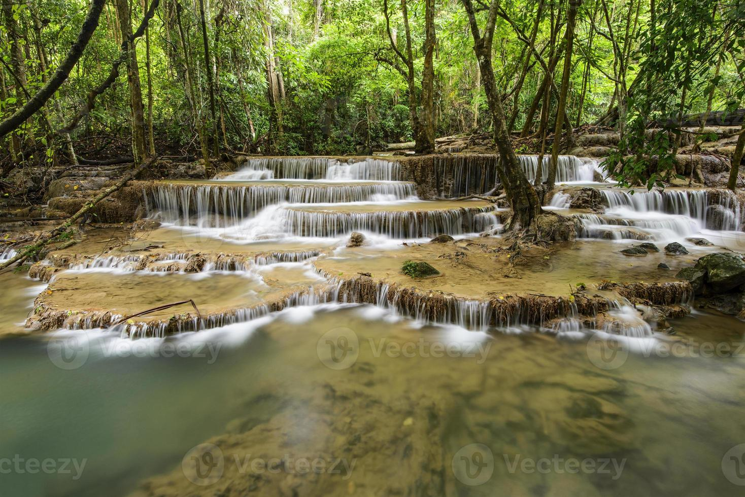 huai mae kamin waterval in kanchanaburi, thailand foto