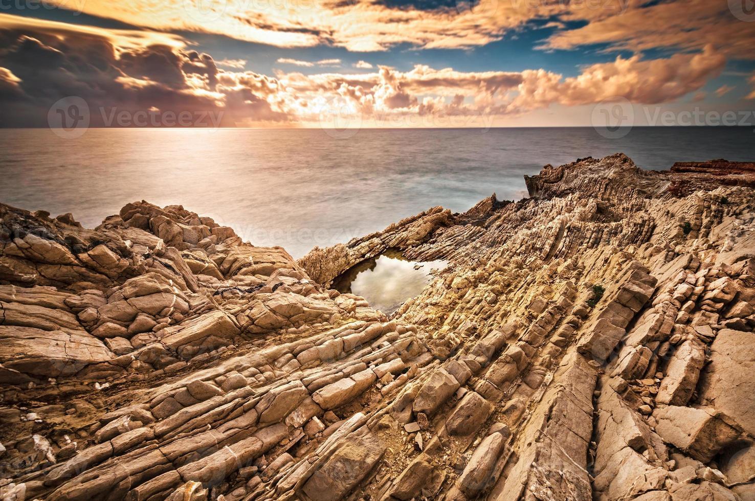 de Siciliaanse kust bij zonsondergang foto