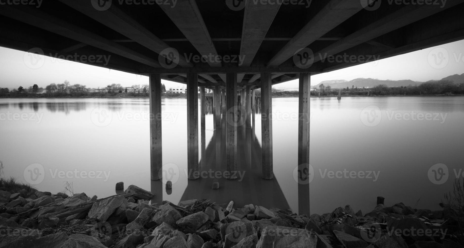 rotsen onder een Canadese brug (zwart-wit) foto