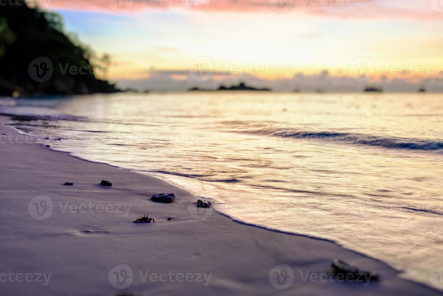 vervagen tilt-shift zonsopgang op het strand foto