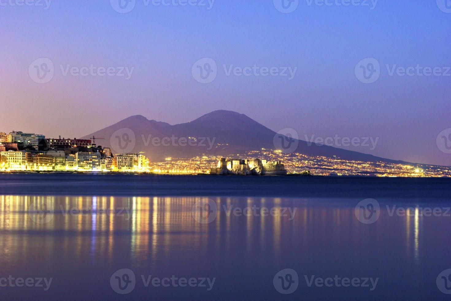 haven van napels met de Vesuvius op de achtergrond foto