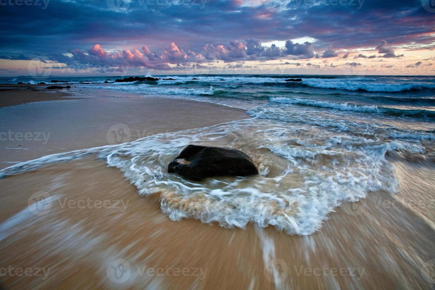 strand in de vroege ochtend foto