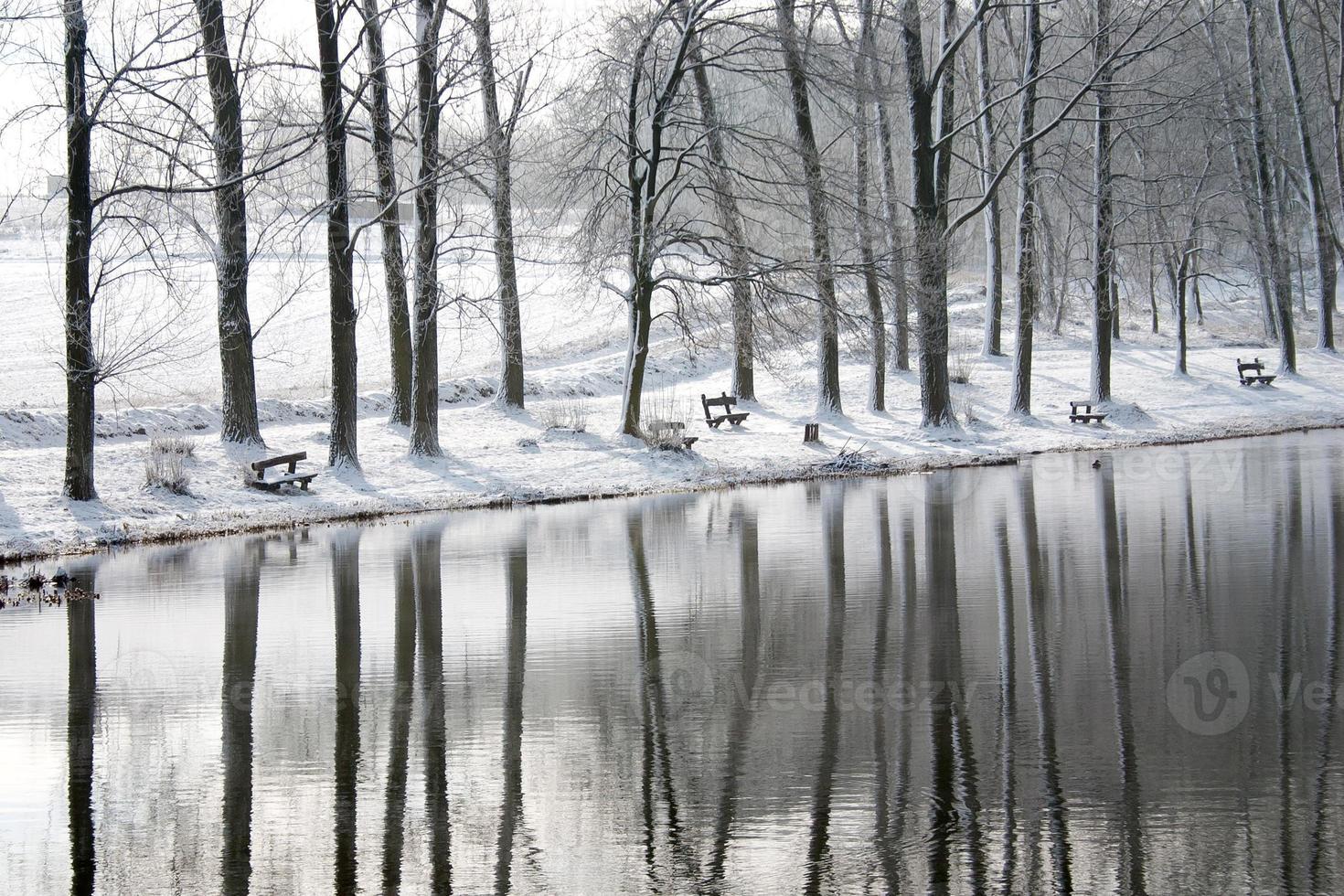 winterlandschap met reflectie - stockfoto. foto