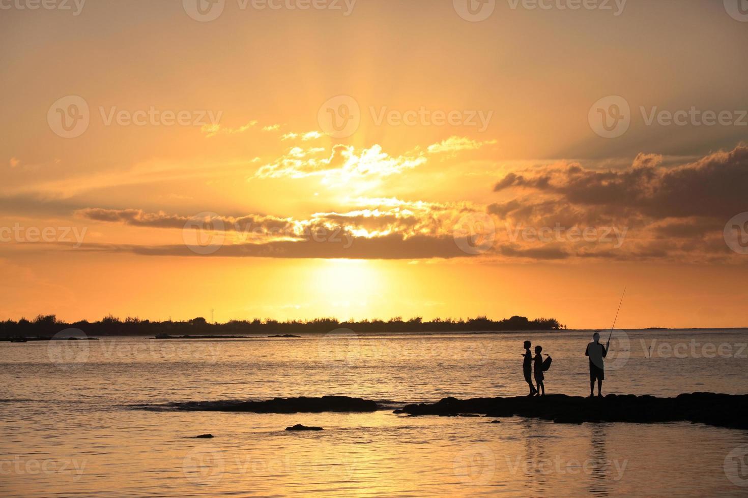 drie jonge vissers foto