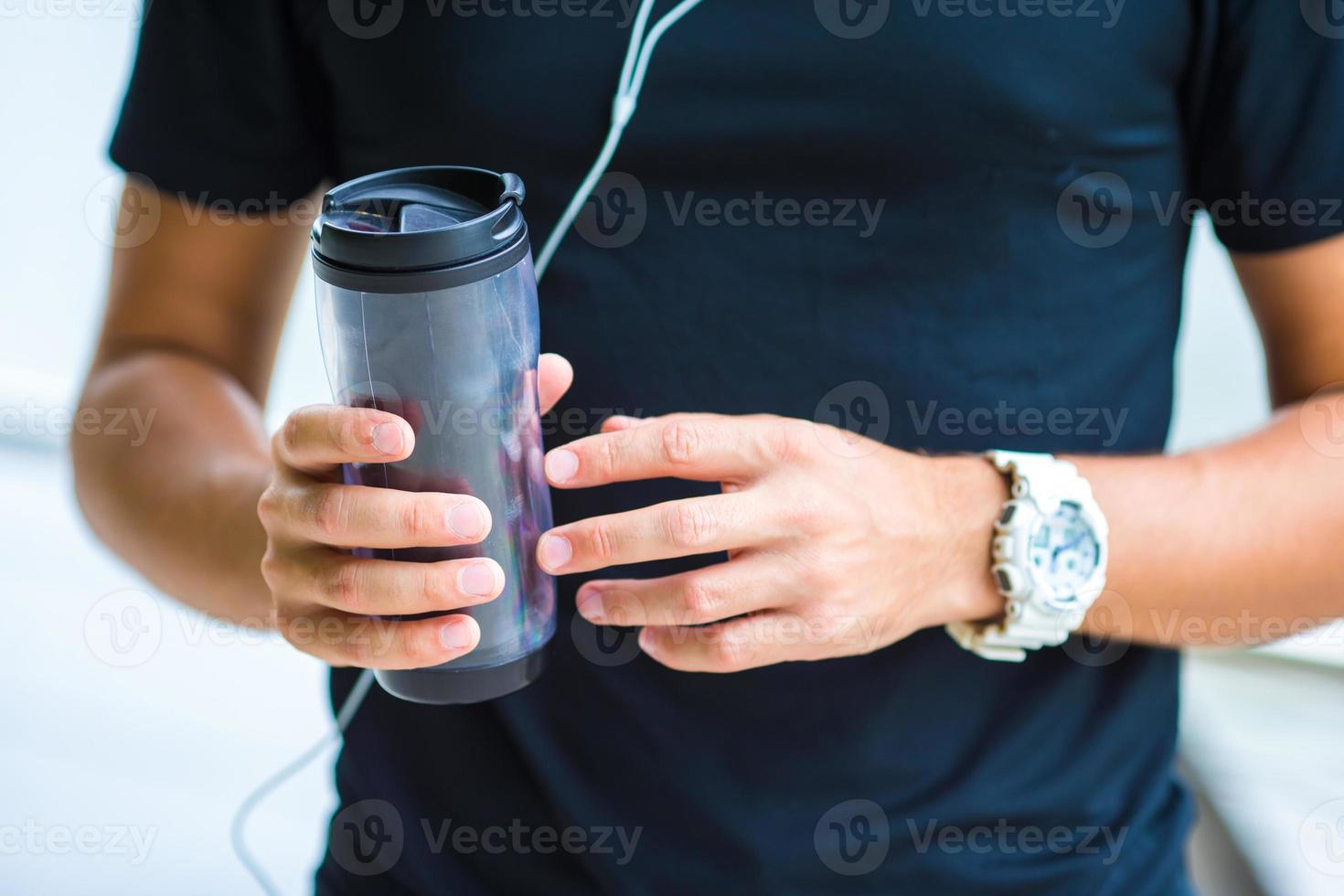 close-up slimme horloge hartslagmeter en een fles water foto