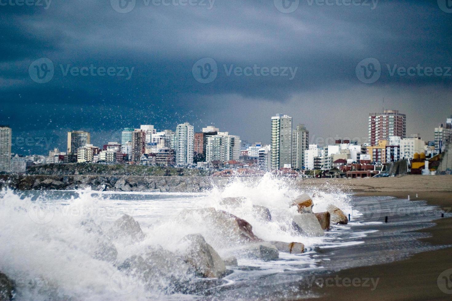 olas blancas met fondo de ciudad azul foto