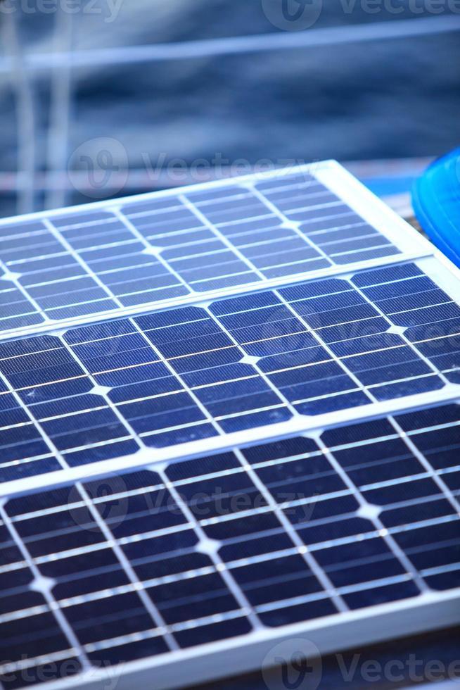 zonnepanelen in zeilboot. hernieuwbare eco-energie foto