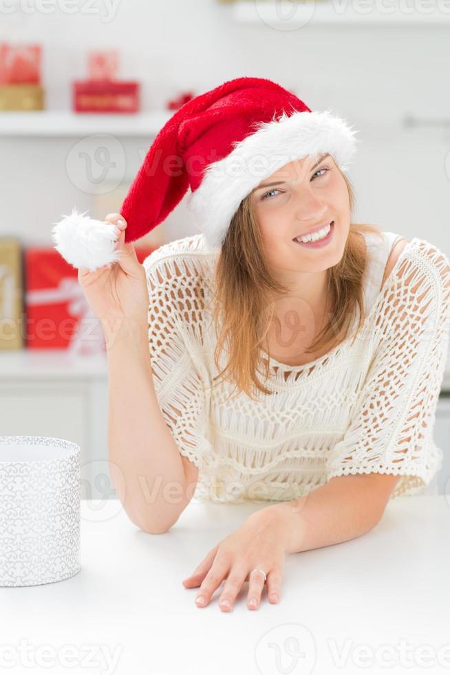 mooie vrouw in kerstmuts foto