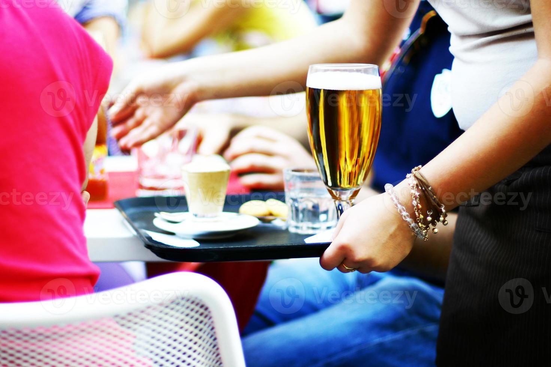 bier drinken in café in rome foto