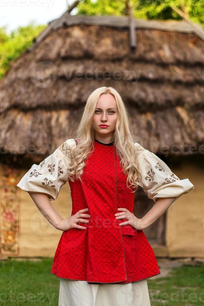jonge vrouw in rood Oekraïens nationaal kostuum foto
