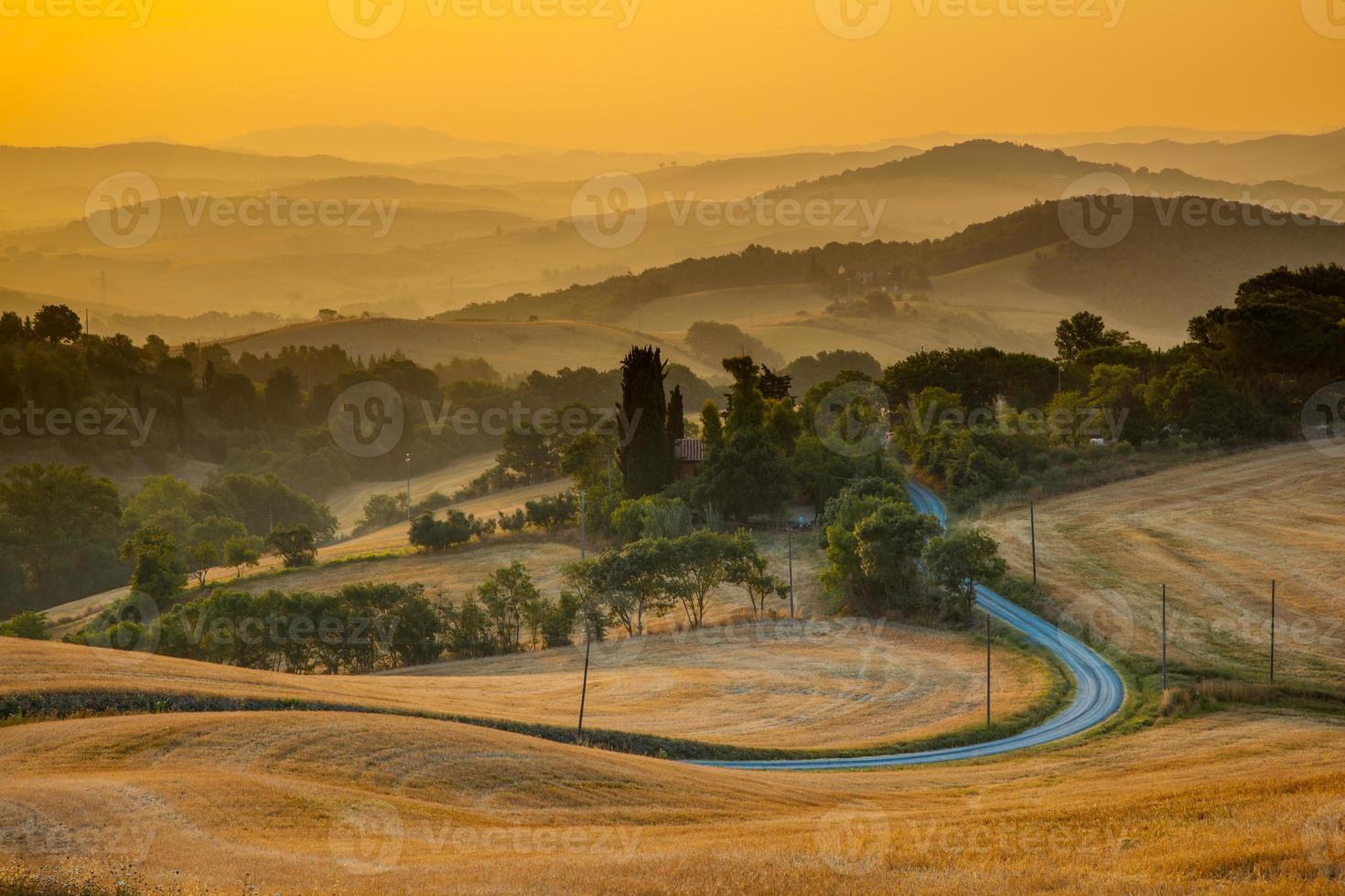 Toscaans uitzicht op het platteland vanaf Guardistallo foto
