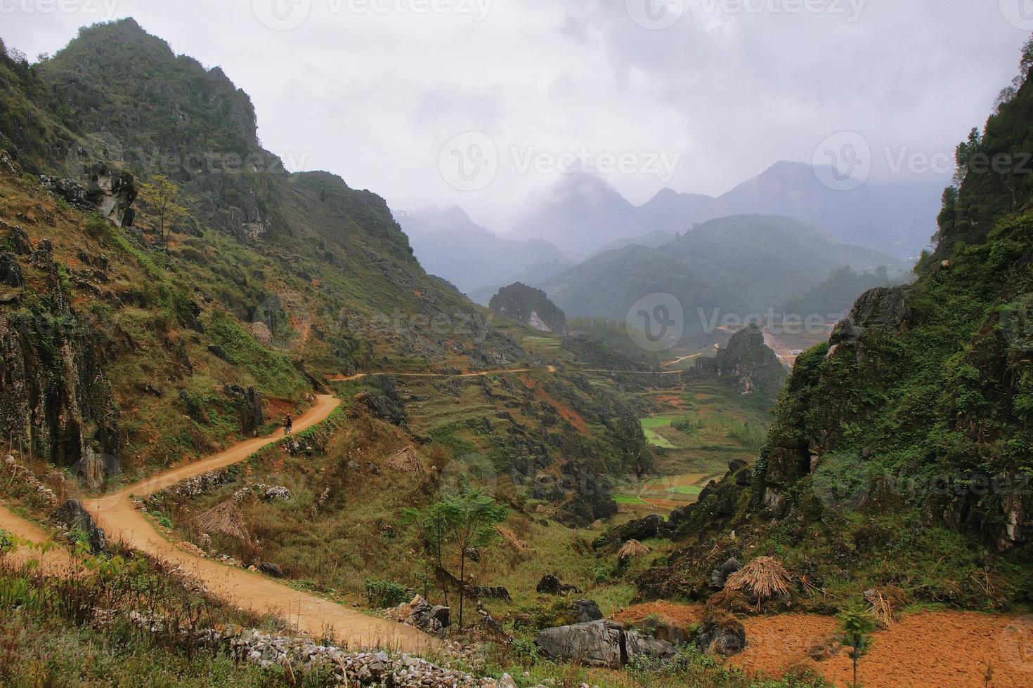 bergen en rijstvelden in de buurt van dong van in ha giang, vietnam. foto