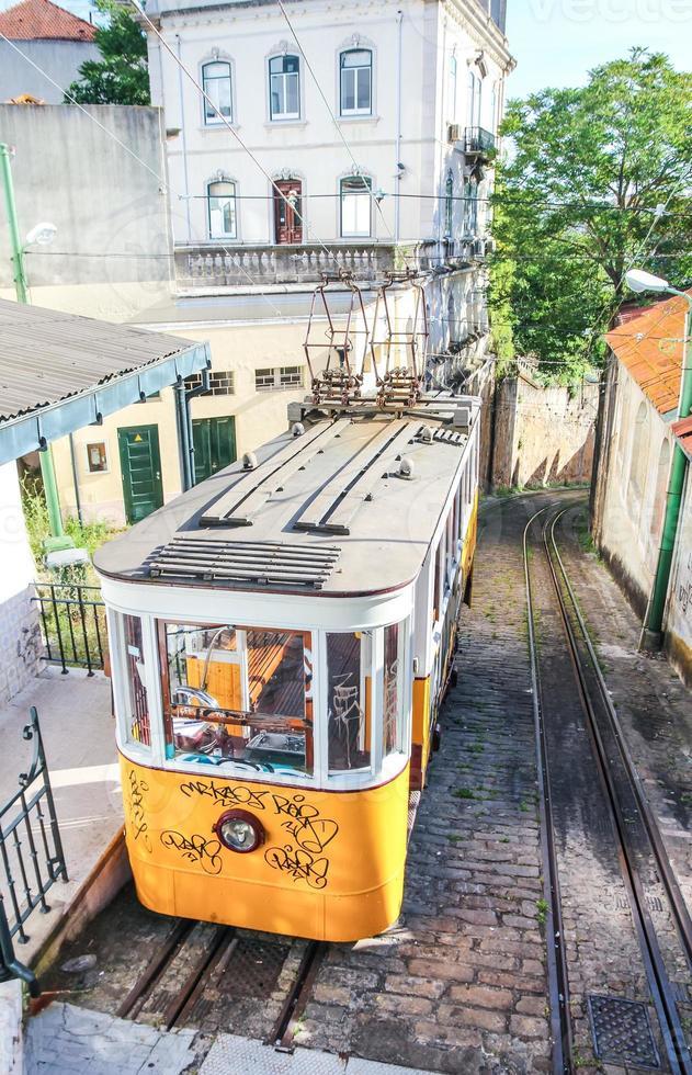 de kabelbaan van Lissabon op de straat Calcada do Lavra foto