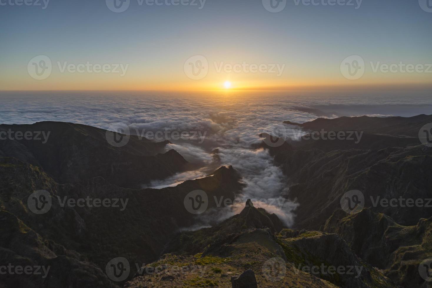 zonsopgang boven Madeira op de top van de berg Pico do Arieiro foto