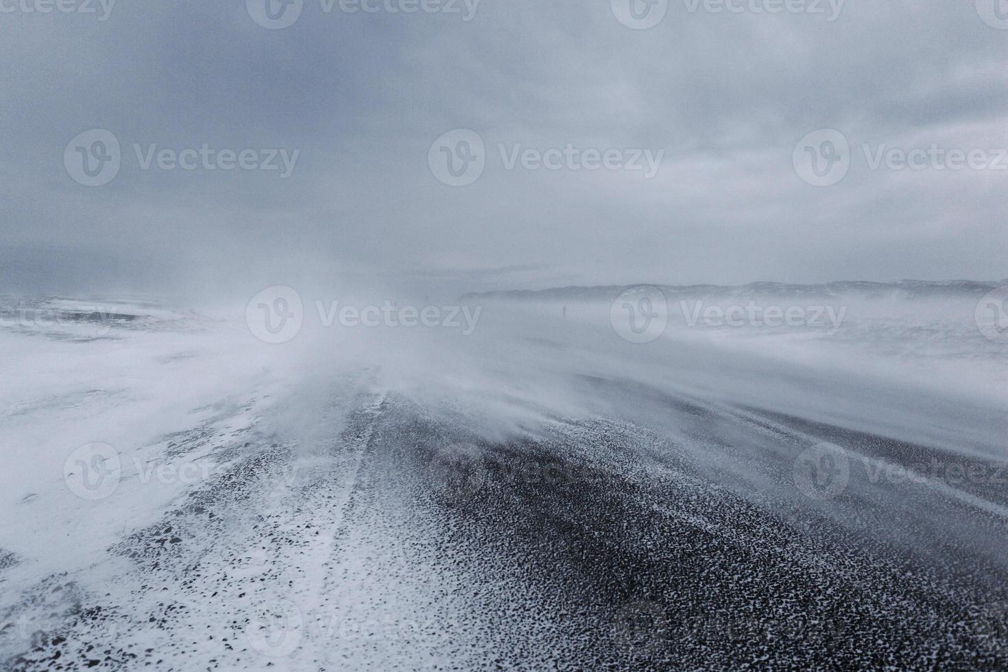 besneeuwde weg foto