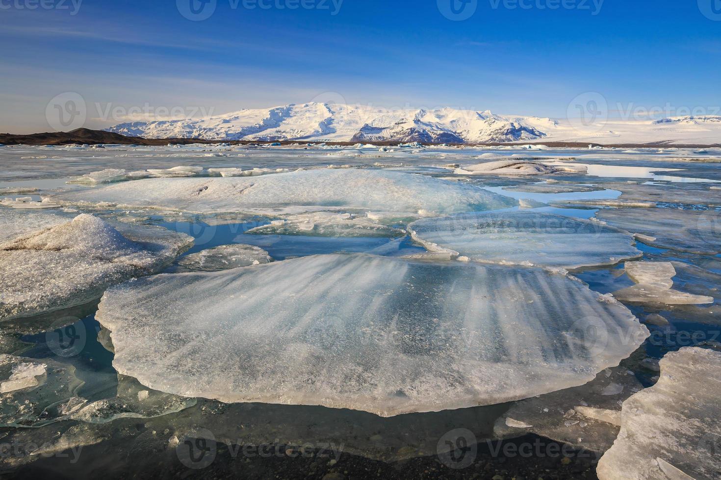 ijsberg in jokulsarlon glaciale lagune foto