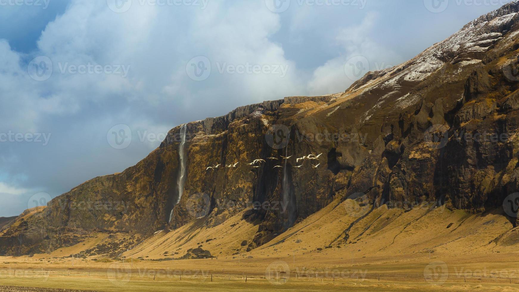 prachtig landschap van IJslandse berg met kleine waterval foto