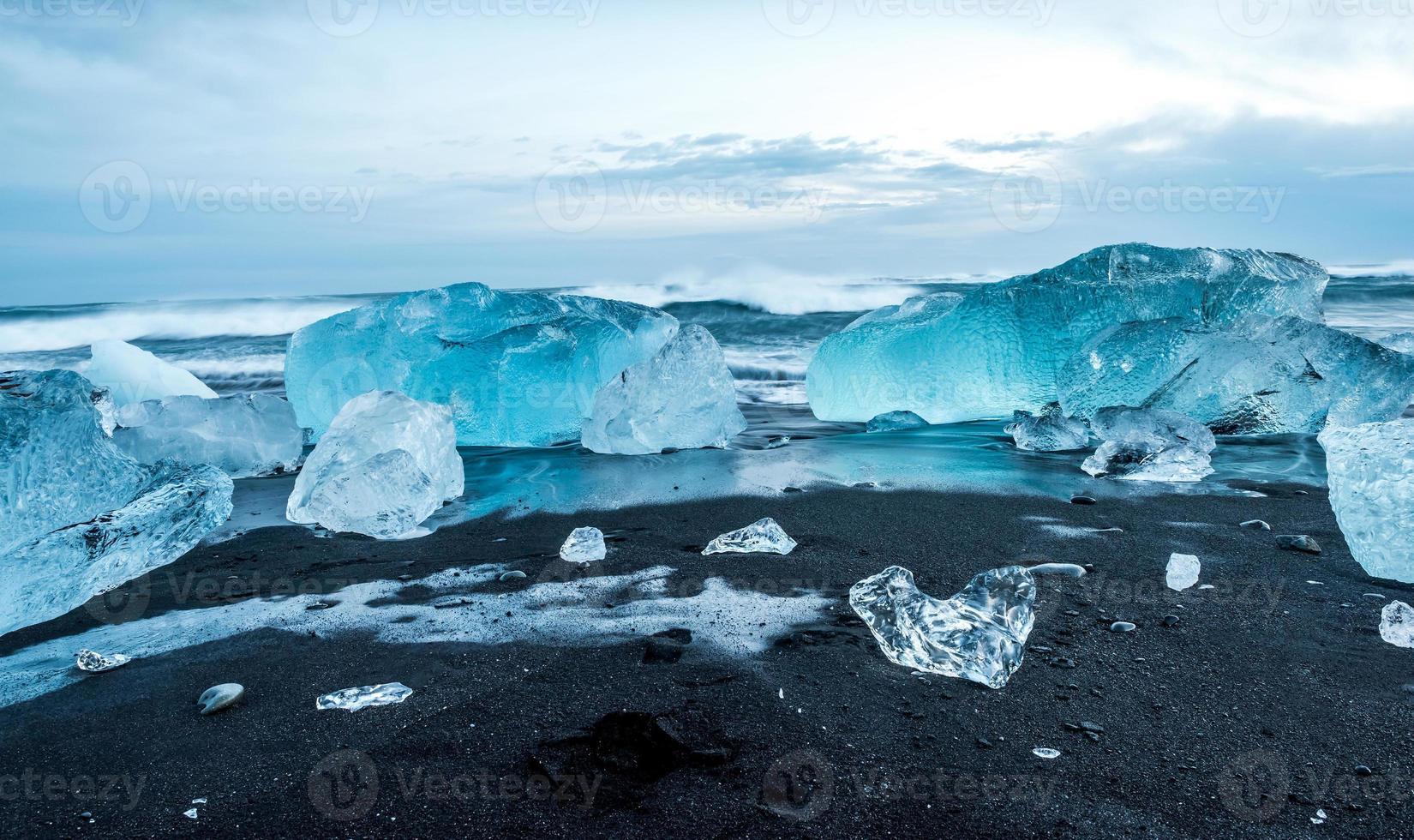 ijsbergen bij jokulsarlon in zuid-ijsland foto
