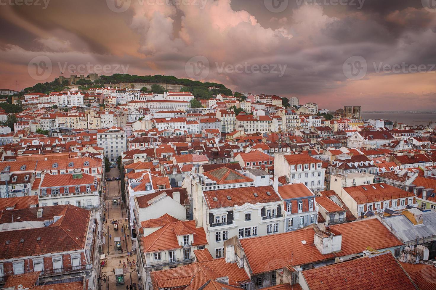 Lissabon stad in zonsondergang van bovenaf foto