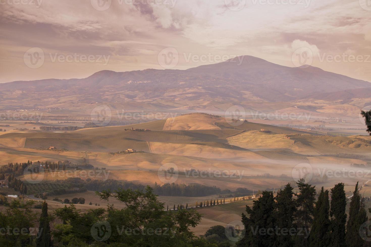 toscaans landschap in de vroege ochtend foto