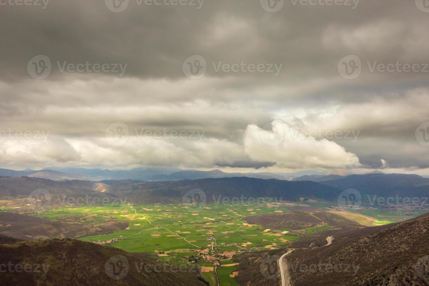 uitzicht op de vallei van norcia in een stormachtige ochtend foto