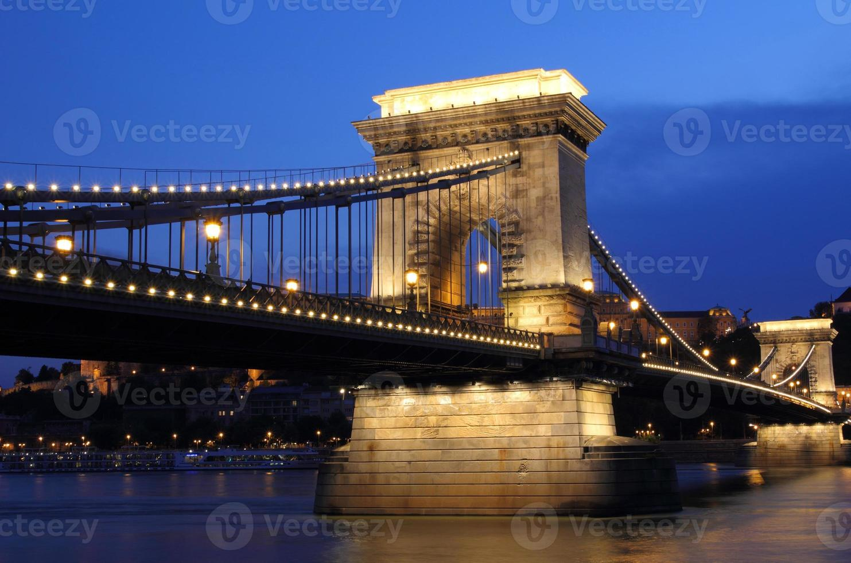 kettingbrug en de rivier de Donau in Boedapest bij nacht foto