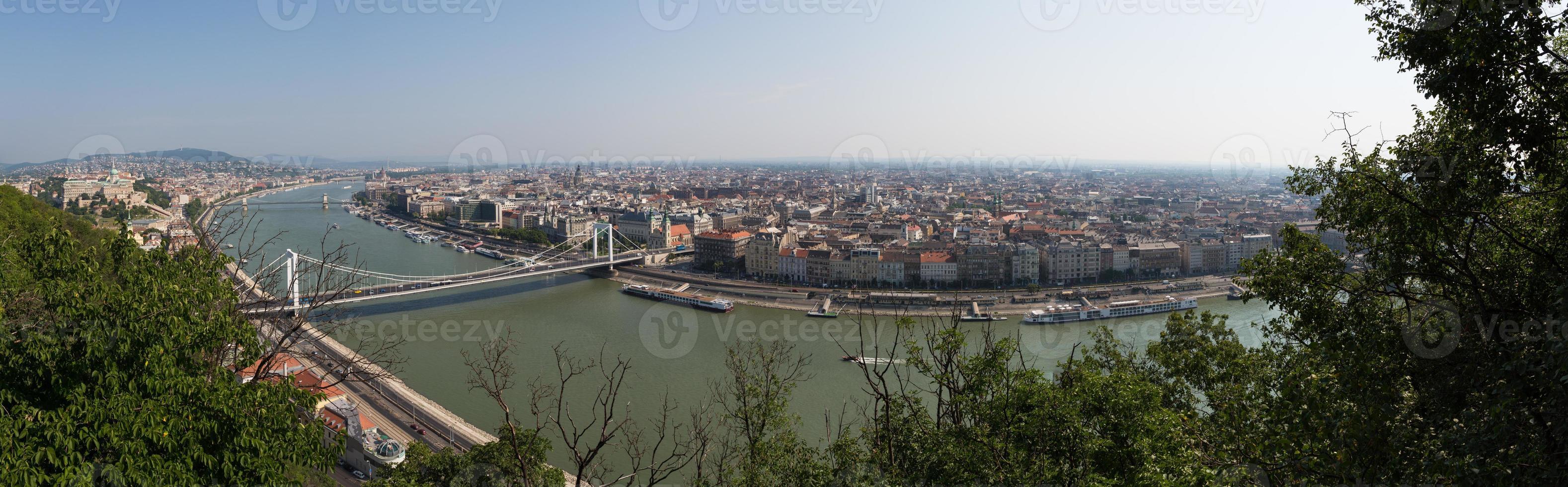 panoramisch uitzicht over boedapest foto