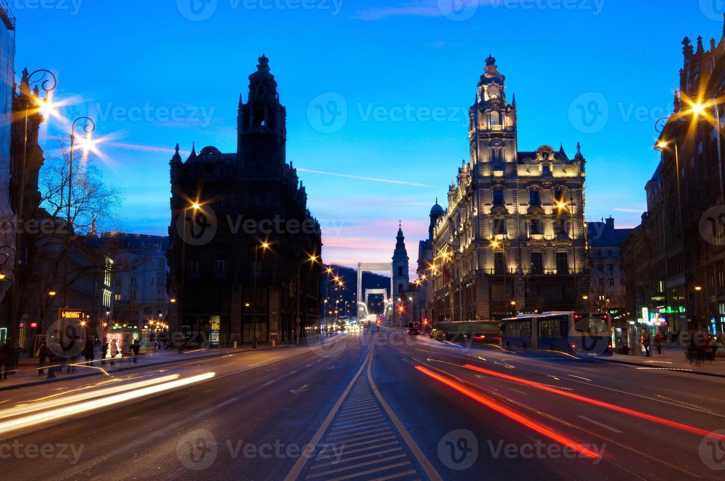 verkeer 's nachts in Boedapest foto