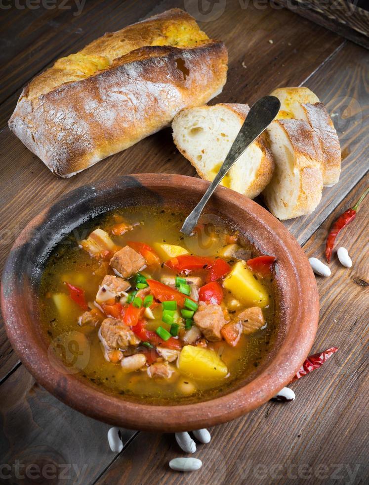 hongaarse goulash met bonen en paprika foto