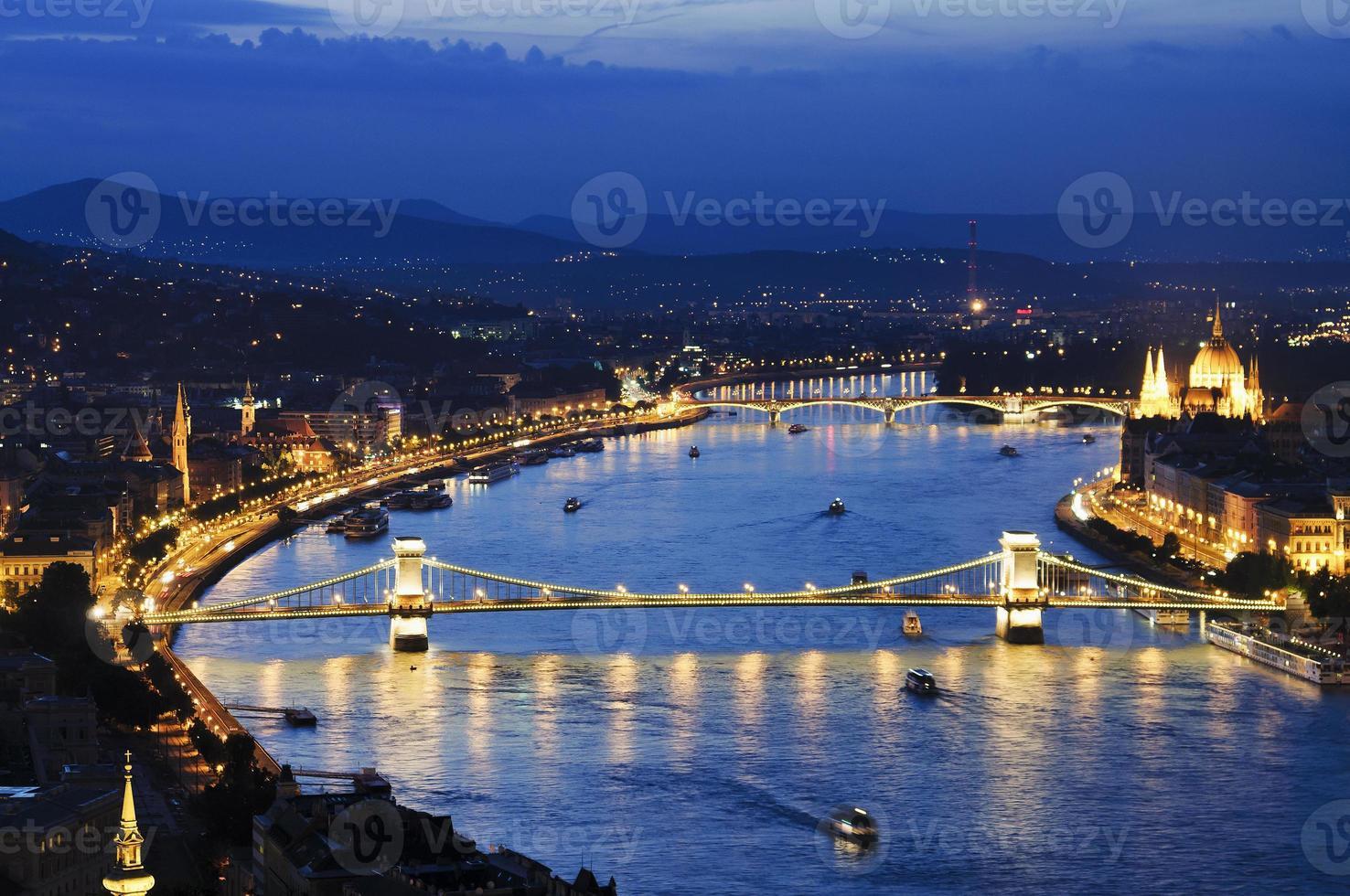 Boedapest bij nacht met szechenyi-kettingbrug foto