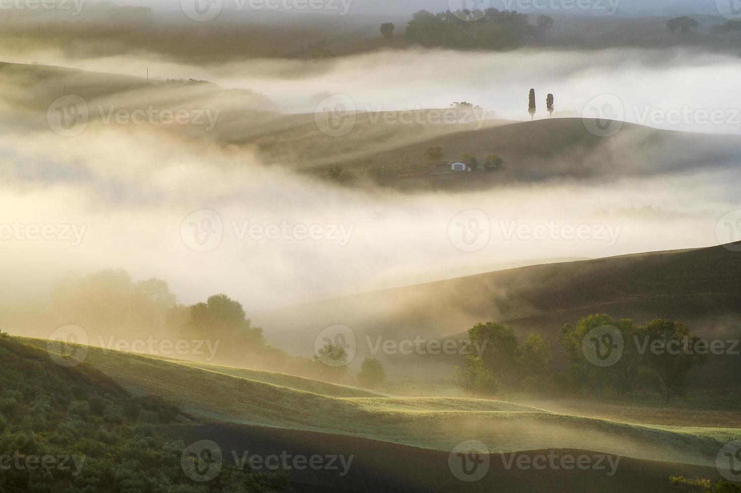mooie, mistige ochtend in Toscane foto