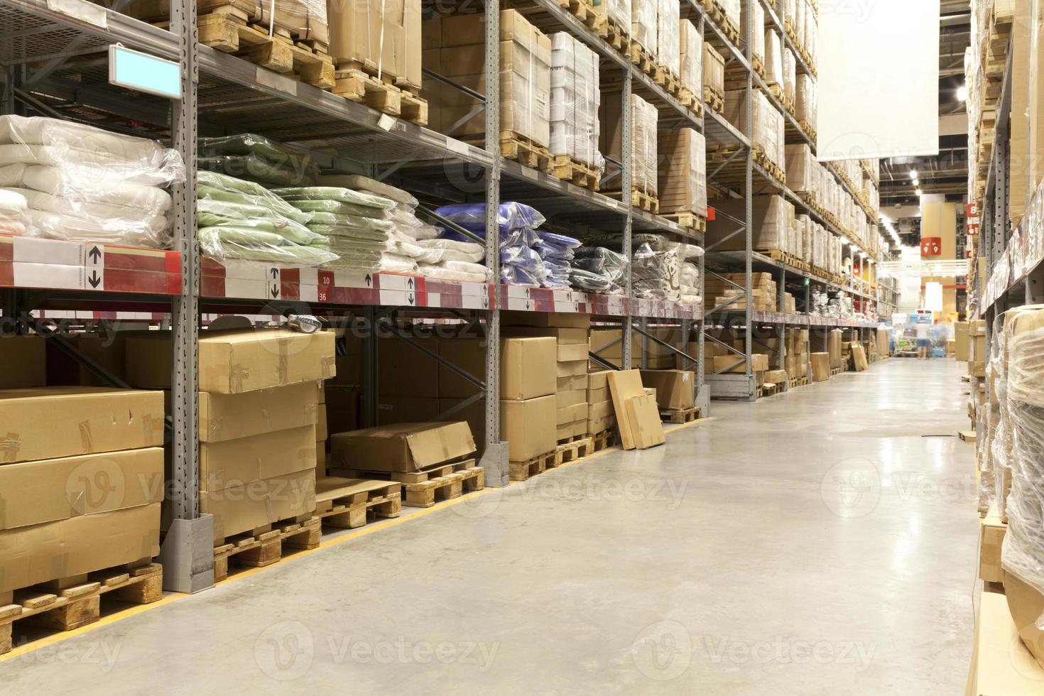 verpakte goederen in een distributiemagazijn foto