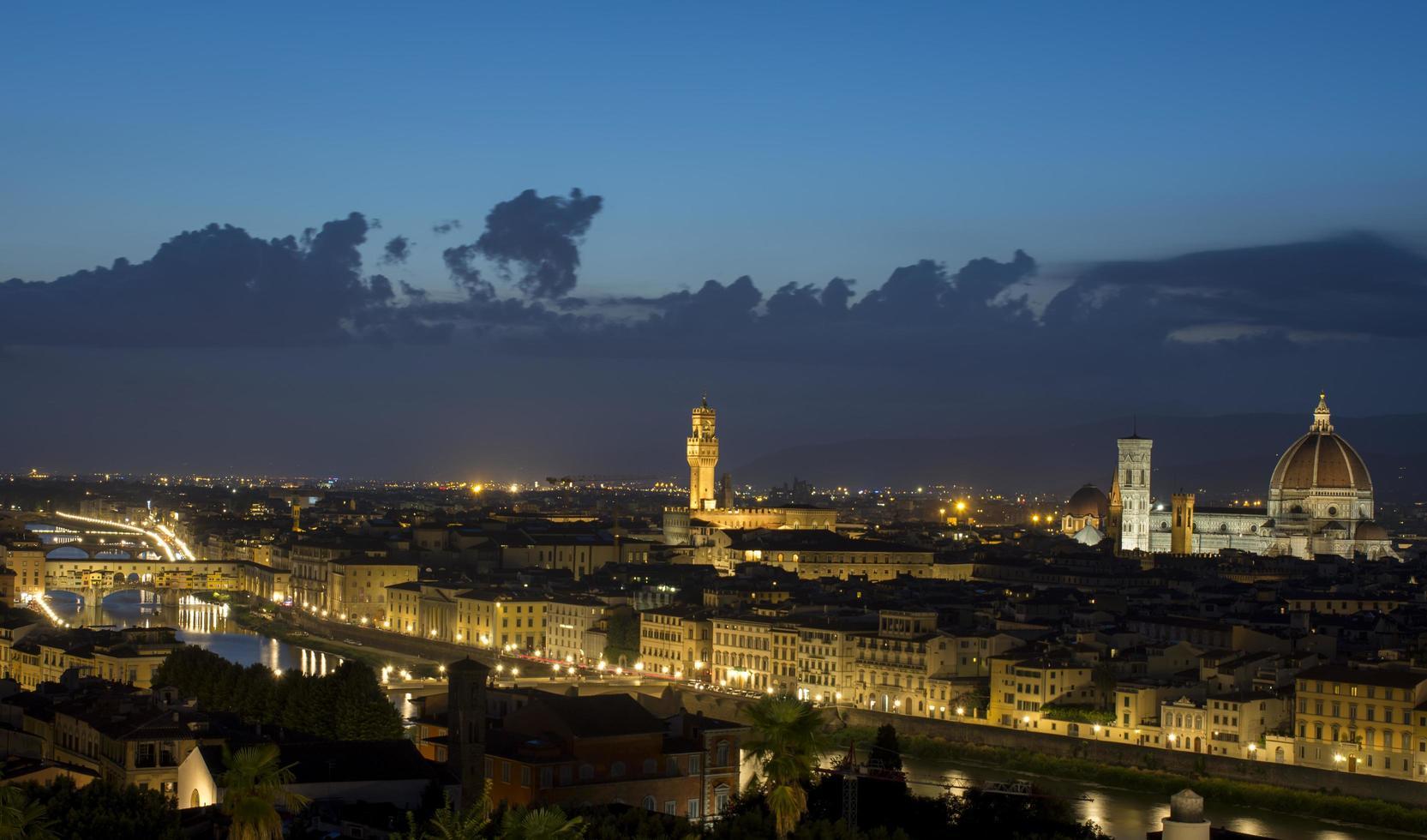 stad met 's nachts hoogbouw foto