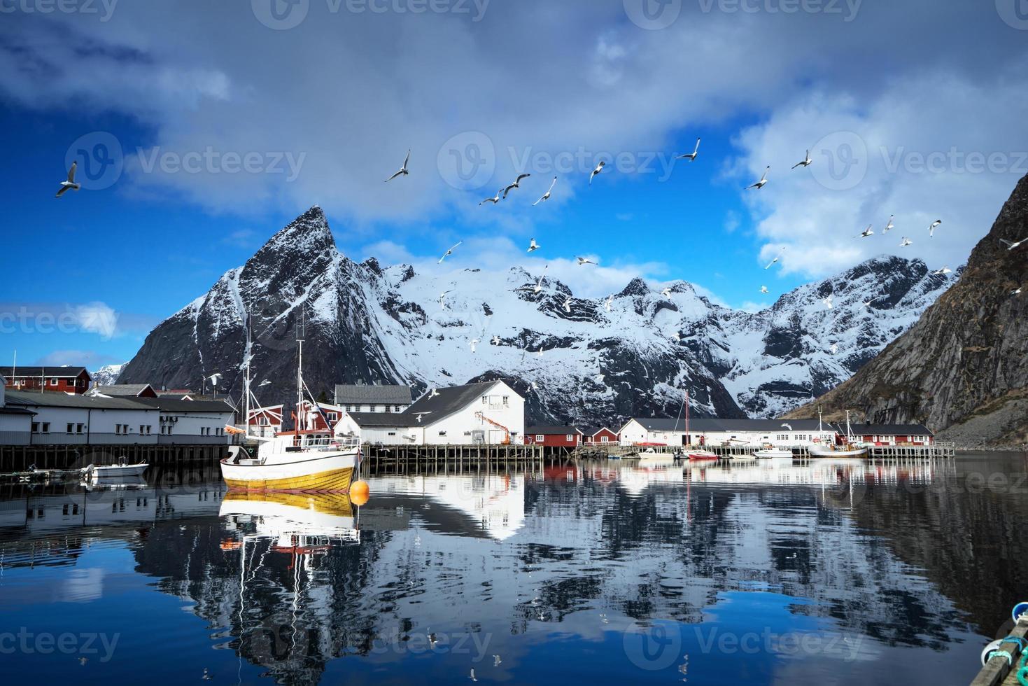 lente zonsondergang - reine, lofoten eilanden, noorwegen foto
