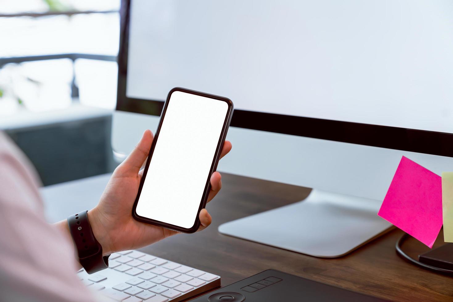 vrouw met smartphone mockup van leeg scherm foto