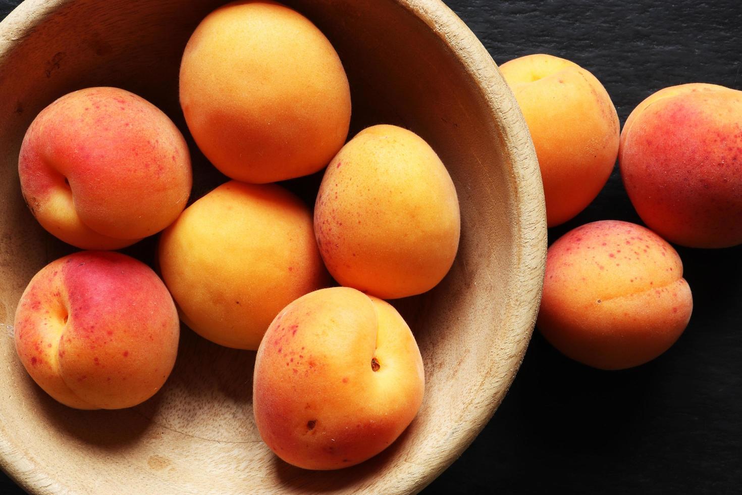 abrikozen in een houten kom foto