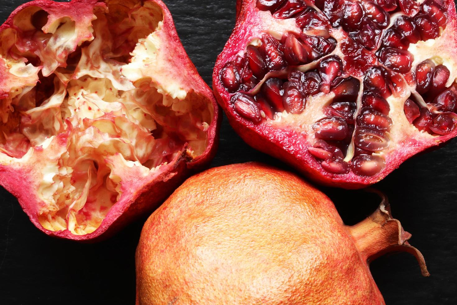 macrofotografie van twee biologische granaatappels foto