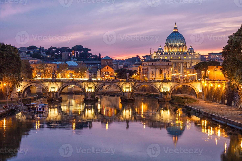 skyline van rome en st. Peter's Basiliek, Italië. foto