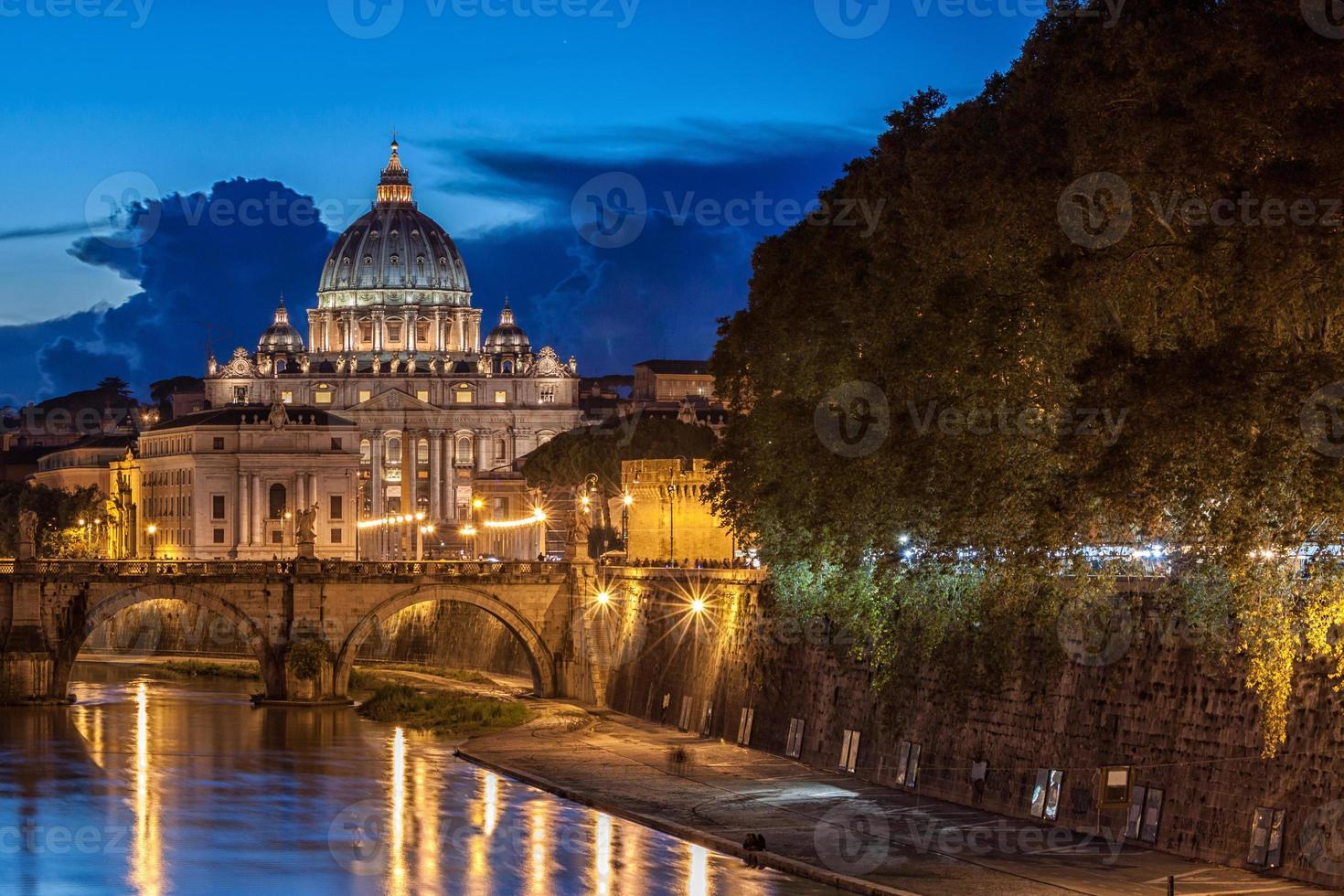 st. peter's basiliek 's nachts in rome, italië foto
